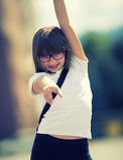 Lycklig pre-tonårig ung flicka Gullig liten flicka i staden på en solig dag Ståendeung flicka tonad bild Royaltyfri Fotografi