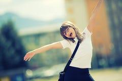Lycklig pre-tonårig ung flicka Gullig liten flicka i staden på en solig dag Ståendeung flicka tonad bild Arkivbild