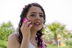 Lycklig precis gift brud med mobiltelefonen Arkivbilder