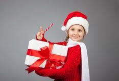 lycklig present för julflicka Arkivfoto