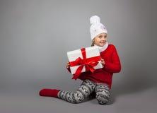 lycklig present för julflicka Fotografering för Bildbyråer