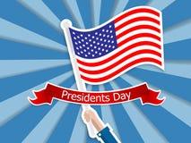 Lycklig presidentdaghand som rymmer USA flaggan Royaltyfria Bilder