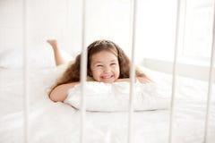 Lycklig prinsessaflicka som vaknar upp Arkivbilder