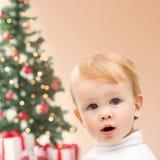 Lycklig pys med julträdet och gåvor Arkivbild