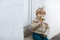 Lycklig pys som äter glass, utomhus Arkivfoton