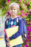 Lycklig pys som känner sig upphetsad om att gå tillbaka till skolan Royaltyfri Fotografi