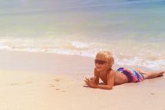 Lycklig pys som kopplas av på stranden Arkivfoto