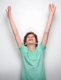 Lycklig pys som ler med lyftta händer Arkivfoton
