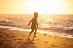 Lycklig pysspring på stranden Arkivbilder