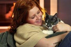 Lycklig rödhårig manflicka med katten Arkivfoton