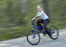 lycklig ridning för cykelflicka royaltyfria foton