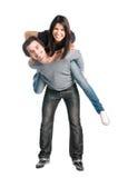 lycklig ridtur på axlarna för par som tillsammans leker Royaltyfria Bilder