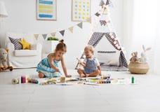 Lycklig rolig barnmålarfärg med målarfärg royaltyfri bild