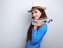 Lycklig rolig innehavflaska för ung kvinna av rent vatten med naturligt Arkivfoton