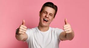Lycklig rolig pojkv?nshowsikt tummar ?vre och bra lycka arkivfoton