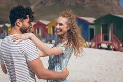 Lycklig romantisk pardans på stranden arkivfoton