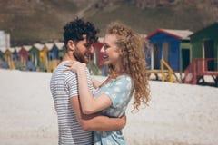 Lycklig romantisk pardans på stranden på en solig dag royaltyfri foto