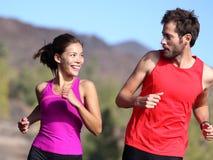 lycklig running för par Royaltyfria Foton