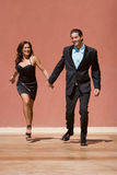 lycklig running för par arkivfoto