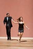 lycklig running för par fotografering för bildbyråer