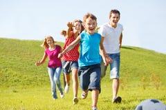 lycklig running för familj Fotografering för Bildbyråer