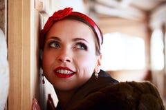 Lycklig rysk flicka med huvudbindeln Arkivfoto
