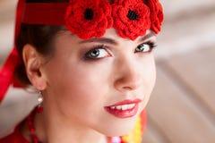 Lycklig rysk flicka med huvudbindeln Royaltyfria Foton