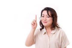 lycklig säker mitt åldras kvinna som pekar upp ett finger Royaltyfria Bilder