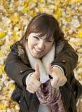 lycklig s-tum upp kvinna royaltyfri foto