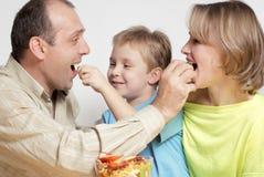 lycklig sallad för familjfrukt arkivbild