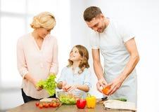 Lycklig sallad för familjmatlagninggrönsak för matställe Arkivbilder