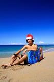 Lycklig Santa man på karibisk strand Arkivbild