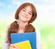 Lycklig schoolgirl utomhus Arkivbild