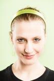 Backgroun för gräsplan för definition för kick för lycklig kvinnastående verkligt folk arkivfoton