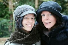 lycklig seende moder för dotter royaltyfri foto