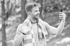 Lycklig selfie för macho aktie Den sommarstrandtid och semestern kopplar av Man leendet med handduken på hals på naturligt landsk arkivbild
