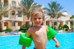 lycklig semester för pojke Arkivfoto