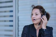 Lycklig servicetelefonoperatör i hörlurar med mikrofon Royaltyfria Foton