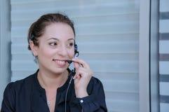 Lycklig servicetelefonoperatör i hörlurar med mikrofon Arkivbilder