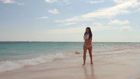 Lycklig sexig kvinna i bikini som tycker om det tropiska havet och den exotiska stranden Punta Cana arkivfilmer