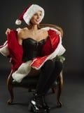 Lycklig sexig kvinna som öppnar hennes jultomtenlag Arkivbild