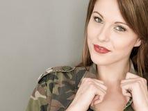 Lycklig sexig ung kvinna som bär en armé eller en militär kamouflage Ja Fotografering för Bildbyråer