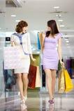 lycklig shopaholics två Arkivbild