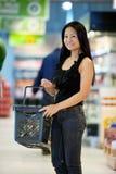 lycklig shoppare för asiatisk kvinnlig Arkivbilder
