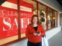lycklig shopping för flicka Arkivfoton