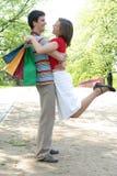lycklig shopping för par Arkivfoton
