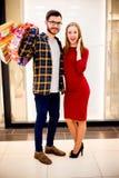 lycklig shopping för par royaltyfria foton