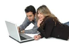 lycklig shopping för par tillsammans Arkivfoto