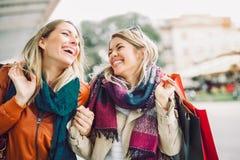 lycklig shopping för vänner arkivfoton