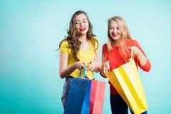 lycklig shopping för vänner Två härliga unga kvinnor som tycker om att shoppa i staden arkivbild